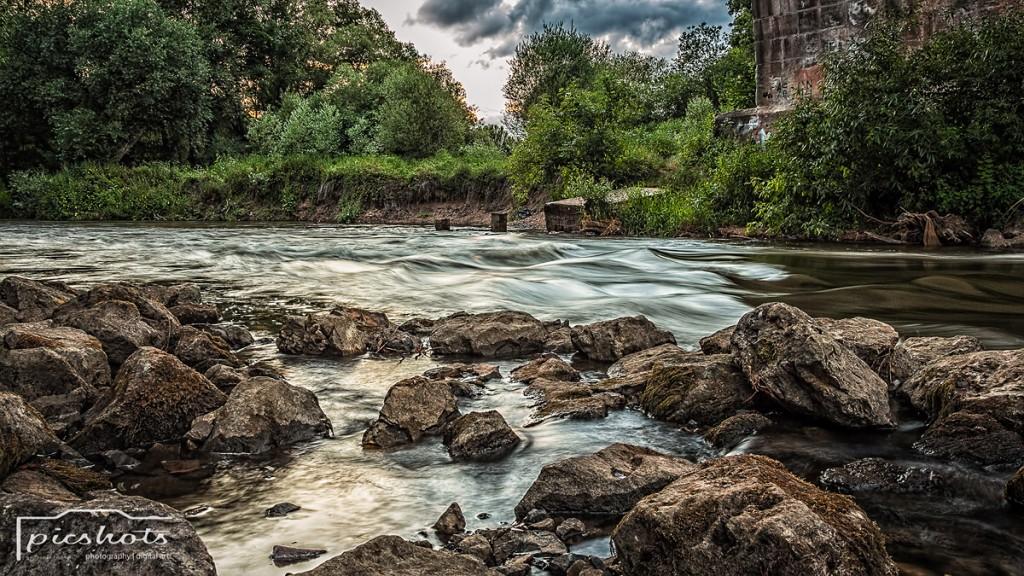 Fließendes Gewässer mit ND Filter fotografiert.